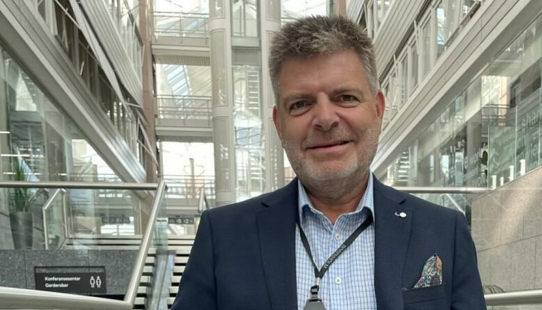 Svein Harald Olavesen, grunnlegger og CEO i Green Edge Compute, forteller at det ikke er behov for avstand og luft mellom hvert rack i deres datasentre, ettersom de benytter seg av vannkjøling istedenfor lufkjøling. Dermed kan de bygge tett på liten plass.