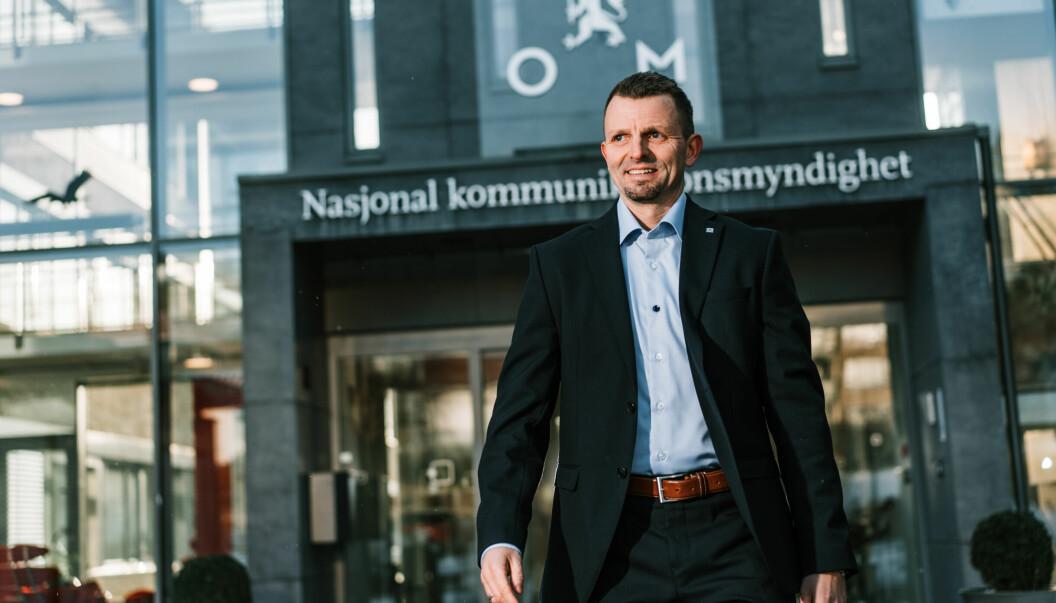 Hans Jørgen Enger i Nkom svarer den danske konsulenten John Strand.